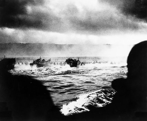 LCVP_landing_craft_put_troops_ashore_on_Omaha_Beach